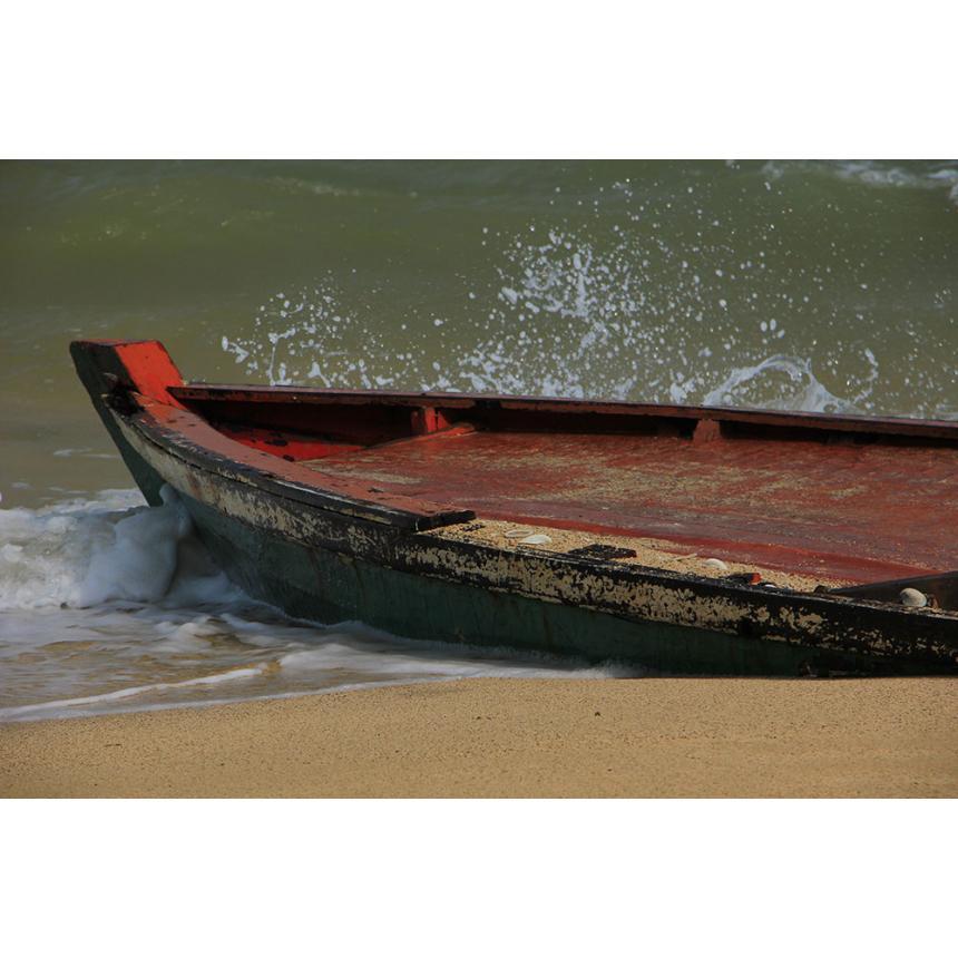 Κόκκινη βάρκα στην άμμο